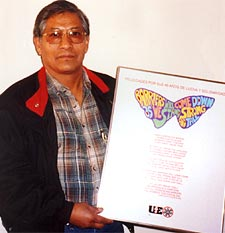 Benedicto Martínez, FAT coordinator, with a plaque from UE